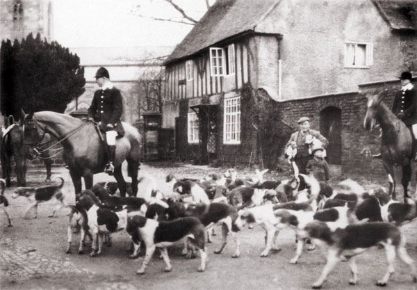 the atherstone hunt outside archers cottage  in 1925
